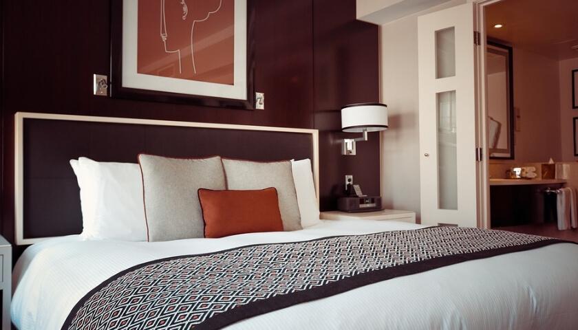 Snygg och stilren bäddad säng